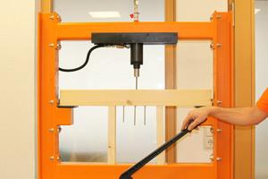 Bei dem Auszugstest ergibt sich für die Teilgewindeschraube mit Tellerkopf (8 x 200 x 18,1 mm) ein Lastwert (Kopfdurchzug) von 7,0 kN. Dies zeigt: bereits die größere Auflagefläche des Kopfes ermöglicht eine höhere Last