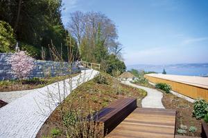 Die Holzpodeste in unterschiedlichen hohen Abstufungen gliedern den Garten und ergeben verschiedene Sitz- und auch Liegeflächen Foto: Zinco