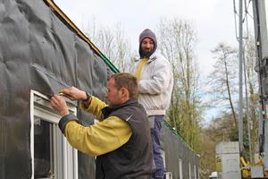 Die Handwerker von Holzbau Hollenbeck haben das Flüchtlingsheim nahezu im Alleingang gebaut. Einzige Ausnahme: die Pflasterarbeiten vor dem Haus