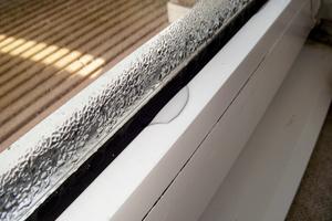 """Von innen beschlagene Fenster deuten auf zu hohe Luftfeuchtigkeit und zu wenig Lüftung hin<span class=""""bildnachweis"""">Foto: Hans Westfeld</span>"""