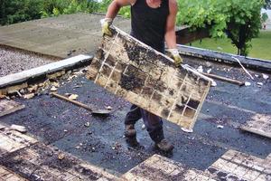 """Rückbau von Polystyrolplatten beim Dachdeckerbetrieb von Christoph Rixen aus Moos am Bodensee<span class=""""bildnachweis"""">Foto: Rixen Dach</span>"""