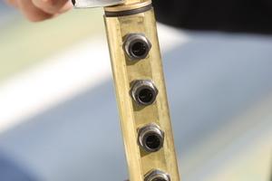 Fixieren des Verschlussstopfens des Verteiler- oder Sammlerbalkens Der Verteilerbalken dient als Schnittstelle zwischen der Rohrleitung aus dem Keller und den Anschlüssen der einzelnen Kollektorreihen Foto: Nelskamp <br /> <br />
