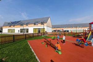 """Der große Spielplatz vor dem staatlichen Kindergarten in Podegrodzi, Polen<span class=""""bildnachweis"""">Fotos: Fakro</span>"""