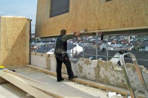 Das Holzrahmen-element wird auf eine Nivellierschwelle gesetzt und mit der Schwelle vernagelt