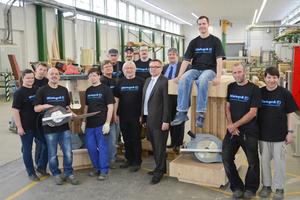 Ralf Kohler, Leiter Gesamtvertrieb und Marketing der Mafell AG (vorne Mitte), und Marc Henschke, Geschäftsführer der NintegrA gGmbH (hinten Mitte) beim Gruppenbild mit den Mitarbeitern der Holzwerkstätten