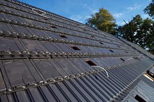 Mehrere Solarthermische Anschlüsse sind bereits von Verteiler- und Sammelbalken an die Dachfläche gelegt worden