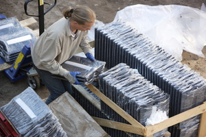 Anlieferung der vormontierten Kollektoren Die Dachsteine mit den vormontierten Solar-Power-Pack-Kollektoren werden wie herkömmliche Dachpfannen auf Paletten verpackt angeliefert Foto: Nelskamp <br /> <br />