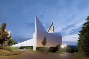 """Die Autobahnkirche Siegerland ist als Holzkonstruktion konzipiert, der Entwurf zeichnet sich durch seine abstrakte äußere Form aus<span class=""""bildnachweis"""">Foto: Jörg Hempel</span>"""