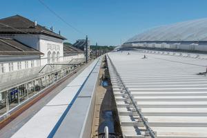"""Eine der langen, innenliegende Kastenrinnen entlang der Traufe des neuen Daches<span class=""""bildnachweis"""">Foto: FDT </span>"""