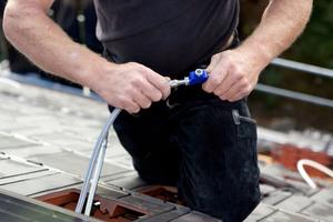 """Einfach montierbar: Die Solarschläuche werden mit """"Klick"""" verbunden. Auch die Stromleitung wird über Steckverbindungen hergestellt"""