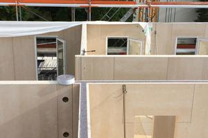 """Blick in die langen Gänge der Flüchtlingsunterkunft während des Baus<span class=""""bildnachweis"""">Fotos: Objektbau Weizenegger GmbH</span>"""