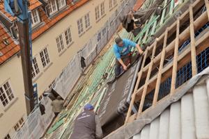 Arbeiten Schritt für Schritt: Rückbau der Altlattung, Verlegung der Unterdachbahn, NeulattungFotos (3): Dörken