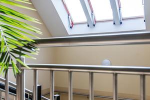 Im Treppenhaus sind Rauchabzugsfenster installiert, die sich im Brandfall automatisch öffnen<br />