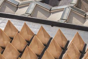 Auf dem 300 m<sup>2</sup> großen Flachdach sind 56 pyramidenartige Oberlichter dicht an dicht angeordnet