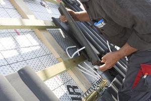 Tichelmann-Prinzip: Kollektorreihen, die am Verteilerbalken mit einem kurzen Verbindungsschlauch angeschlossen sind, benötigen am Sammler einen langen Schlauch (siehe Tichelmann-Prinzip web-service). Unterpfannen mit 10 mm Schlauch am Verteiler sowie Sammler müssen bogenförmig mit Schlauch-Reserve angeschlossen werden.