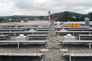 """Zwischen der PV-Anlage sieht man die Prismen für den Lichteinlass an der Solartube<span class=""""bildnachweis"""">Foto: integrale planung</span>"""