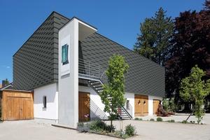 """Im Sockelgeschoss ist die Flaschnerwerkstatt für Bauornamente und Denkmalpflege. Im neu aufgebauten Obergeschoss finden Ausstellungen und Events statt, die Handwerk und Kunst miteinander verbinden<span class=""""bildnachweis"""">Fotos: Rheinzink</span>"""