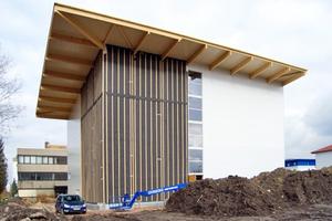 An den Fassaden wurden Sandwichelemente und gedämmte Holzrahmenbauelemente verbaut