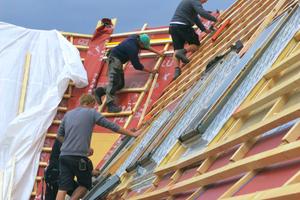 Hier montieren die Dachdecker des Meisterbetriebs von Martin Klein die neue LattungFoto: Ingmar von Hanneken