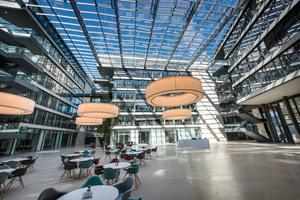 Der Innenhof der Hauptzentrale der Wirtschaftskanzlei FGS in Bonn ist mit einem Glasdach mit Stahl-Aluminiumtragkonstruktion überdachtFoto: Lamilux