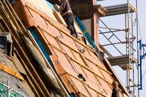 """Gedämmt wurde das sehr steile Dach mit dem Holzfaserdämmstoff """"Steico Therm"""", """"Heco-Topix""""-Tellerkopf-Schrauben halten die Dämmung fest<span class=""""bildnachweis"""">Foto: Eifert Holzbau GmbH</span>"""