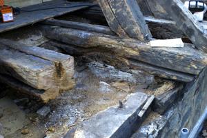 """Feuchtigkeit und Pilzbefall haben dem historischen Gebälk vor allem im Traufbereich stark zugesetzt<span class=""""bildnachweis"""">Foto: Eifert Holzbau </span>"""