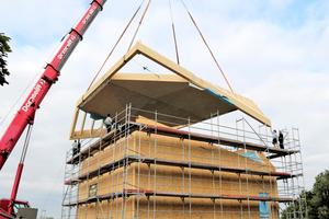 Das Dach mit dem Ringträger konnte als Ganzes vormontiert und eingehoben werdenFoto: Holzbau Amann GmbH