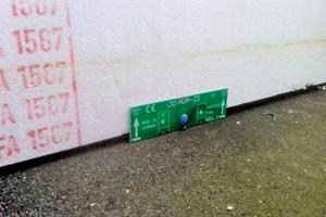 Links: Der Sensor wird in die Unterseite der Wärmedämmung geschoben