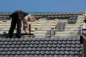 Schnittstelle definieren: Übergabepunkt Wellrohr Auf dem Dach schließt der Handwerker das Wellrohr an und führt zwei Leitungen durch das Dachpaket. Dazu gehören auch alle erforderlichen Nebenarbeiten wie beispielsweise die Anbringung der Dichtmanschetten. Unter dem Dach führt der Installateur die Leitungen zur Wärmepumpe. Somit muss zuvor die Schnittstelle der beiden Gewerke gemeinsam festgelegt werden.  Alle Sole-Anschlussleitungen (auch Schellen, Bögen, etc.) sind komplett bauseits mit Kälte-Isolierung (zum Beispiel Armaflex) dampfdicht zu isolieren  <br /> <br /> <br /> <br />