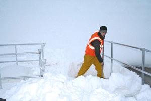Geländer weisen auch auf verschneite Lichtkuppeln hin