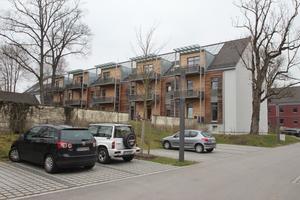 Vor dieses Bestandsgebäude stellte die B&amp;O eine aus vorgefertigten Holzelementen im Werk hergestellte Holz-Aktiv-Fassade<br /><br />
