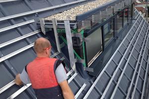 Auf einer Alwitra-Dachbahn sind Dreikantleisten montiert und in Folie eingeschweißt. Darauf montierte man die Aluminium-Unterkonstruktion