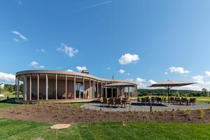 """Das Golfhaus No 10 wurde mit viel sichtbarem heimischen Holz in die Natur eingebunden <span class=""""bildnachweis"""">Foto: Lignotrend</span><p><strong></strong></p><p><strong></strong></p>"""