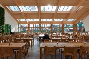 Seine hohe Aufenthaltsqualität bezieht der tageslichtdurchflutete Raum aus der nach Süden orientierten Glasfassade und der großzügigen Belichtung durch vier Lichtbänder