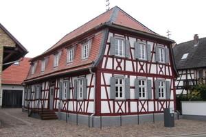 Das frisch renovierte denkmalgeschützte Fachwerkhaus in Neupotz. Es wurde 1778 erbaut und beherbergt heute ein Tabakmuseum