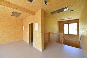 Das Haus besteht aus insgesamt 18 Modulen, die sich auf zwei Etagen aufteilen. So ergibt sich eine Gesamtfläche von etwa 500 m2