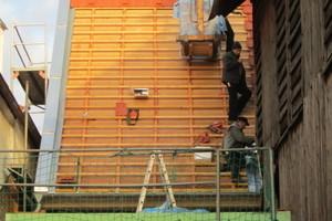 Dachdeckerarbeiten am Satteldach der Scheune: Hier wurde mit dem Doppelmuldenfalzziegel Z1 gedeckt