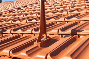 Die an die Form des Doppelmuldenfalzziegels angepassten Grundplatten sind in der passenden Dachziegelfarbe beschichtet