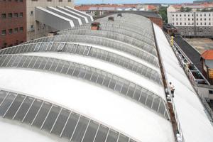 """Auf dem 3300 m<sup>2</sup> großen Tonnendach des Maschinenhauses von Vattenfall waren mehrere übereinander geklebte Bitumenbahnen mit der Zeit durchlässig geworden, eine Sanierung wurde notwendig<span class=""""bildnachweis"""">Foto: Triflex</span>"""