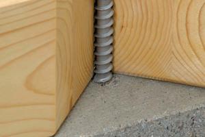 """Anschnitt zur Veranschaulichung: Die """"Multi-Monti-TimberConnect"""" schneidet mit dem unteren Teil der Schraube ein Gewinde in den Beton, so dass ein formschlüssiger, sofort belastbarer Verbund entsteht"""