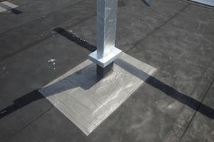 """Der Flüssigkunststoff bietet an den Stützen der Solaranlage eine unterlaufsichere Abdichtung, die die Durchdringungen der Dachhaut vor eindringender Feuchtigkeit schützt<span class=""""bildnachweis"""">Foto: atelier chevalier</span>"""