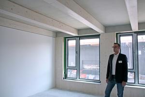 """Frank Steffens zeigt die Innenräume im ersten OG des Neubaus in Hochheim<span class=""""bildnachweis"""">Foto: Rüdiger Sinn</span>"""