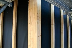 Die Unterkonstruktion wurde sauber und exakt auf der Dämmebene angebracht, auf den senkrechten Stegen befestigten die Handwerker anschließend ein EPDM-Band