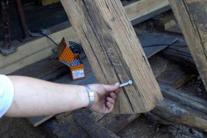 """Rechts: Durch die Alterung reißt das Holz der Sparren allmählich auf. Um die Ausdehnung der Risse zu vermeiden werden rechtwinkelig zur Sparrenachse die """"Topix-cc""""-Schrauben eingeschraubt<span class=""""bildnachweis"""">Fotos: Eifert Holzbau GmbH</span>"""