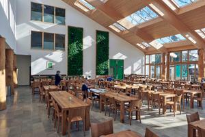 Das Modulare Oberlicht-System bringt ein Maximum an Helligkeit, wie man sie ansonsten nur in gläsernen Orangerien oder Gewächshäusern findet