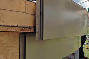 """Rechts unten: Sowohl das Sockelprofil (unten) als auch das Dachrand-Abschlussprofil """"TAG 400"""" (oben) wurden von den Dachhandwerkern an den Dachrand angepasst"""