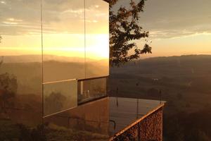 Die Terrasse und das darunter befindliche Holzlager nutzen die Hangneigung