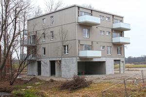 Links: Zurzeit noch im Bau: Dieser Viergeschosser ist als Musterhaus in Holz-Beton-Hybridbauweise so konzipiert, dass er auf Parkplätzen aufgestellt werden kann