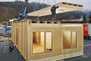 Dank der bereits gedämmten Elemente ist das Konzepthaus schnell montiert