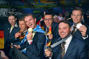 """Die deutschen Medaillengewinner (von links): Nathanael Liebergeld (Gold), Tobias Niefenecker (Bronze), Simon Rehm (Gold), Lukas Prell (Silber), Pascal Gottfried (Silber) und Dennis Behrens (Silber)<span class=""""bildnachweis"""">Foto: WorldSkills Germany</span>"""